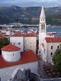 El campanario en la ciudad vieja de Budva imágenes de archivo libres de regalías