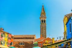 El campanario que se inclina de Burano, Venecia Foto de archivo libre de regalías