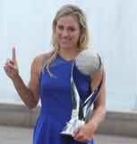 El campeón Angelique Kerber del Grand Slam de dos veces de Alemania presenta con el WTA ningún 1 trofeo Imagen de archivo