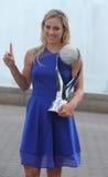 El campeón Angelique Kerber del Grand Slam de dos veces de Alemania presenta con el WTA ningún 1 trofeo Imágenes de archivo libres de regalías