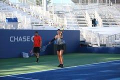 El campeón Maria Sharapova del Grand Slam de cinco veces de la Federación Rusa practica con su coche Sven Groeneveld para el US O Imagen de archivo libre de regalías