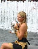 El campeón Maria Sharapova del US Open 2006 sostiene el trofeo del US Open después de que su triunfo las señoras escoja final Fotografía de archivo