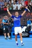 el campeón Novak Djokovic de Grand Slam de 14 veces de Serbia celebra la victoria después de su partido de semifinal en Abierto d imagen de archivo
