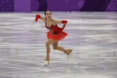 El campeón olímpico Alina Zagitova del atleta olímpico de Rusia se realiza en el patinaje libre de Team Event Ladies Single Skati Fotografía de archivo