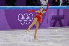 El campeón olímpico Alina Zagitova del atleta olímpico de Rusia se realiza en el patinaje libre de Team Event Ladies Single Skati Foto de archivo