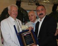 El campeón olímpico, el campeón y Europa, boxeador Alexander Lebzyak del mundo felicita al boxeador legendario Boris Lagutin en lo Imagen de archivo
