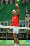 El campeón olímpico Rafael Nadal de España celebra la victoria después de que los hombres escojan el partido de la Río 2016 Juego Fotos de archivo libres de regalías