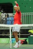 El campeón olímpico Rafael Nadal de España celebra la victoria después de que los hombres escojan el partido de la Río 2016 Juego Foto de archivo libre de regalías