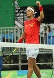 El campeón olímpico Rafael Nadal de España celebra la victoria después de que los hombres escojan el partido de la Río 2016 Juego Imagen de archivo libre de regalías