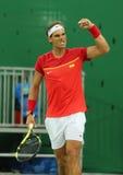 El campeón olímpico Rafael Nadal de España celebra la victoria después de que los hombres escojan el partido de la Río 2016 Juego Imagen de archivo