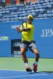 El campeón Rafael Nadal del Grand Slam de doce veces practica para el US Open 2013 en Arthur Ashe Stadium Foto de archivo