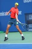 El campeón Rafael Nadal del Grand Slam de doce veces practica para el US Open 2013 en Arthur Ashe Stadium Imagen de archivo libre de regalías