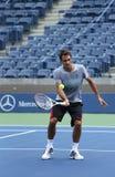 El campeón Roger Federer del Grand Slam de diecisiete veces practica para el US Open 2013 en Arturo Ashe Stadium Fotos de archivo libres de regalías