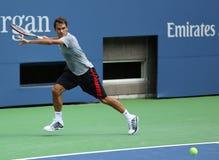 El campeón Roger Federer del Grand Slam de diecisiete veces practica para el US Open 2013 en Arturo Ashe Stadium Foto de archivo