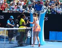 El campeón Serena Williams del Grand Slam de Estados Unidos (l) y Maria Sharapova de Rusia después del cuarto de final hacen jueg Fotos de archivo