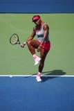 El campeón Serena Williams del Grand Slam durante dobles del cuarto de final hace juego en el US Open 2014 Foto de archivo libre de regalías