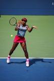 El campeón Serena Williams del Grand Slam durante dobles del cuarto de final hace juego en el US Open 2014 Fotografía de archivo