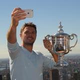 El campeón Stanislas Wawrinka del Grand Slam de tres veces de Suiza toma el selfie con el trofeo del US Open Imagen de archivo