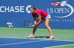 El campeón Victoria Azarenka del Grand Slam de dos veces practica para el US Open 2013 en Arthur Ashe Stadium en el centro nacion Fotografía de archivo