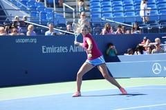 El campeón Victoria Azarenka del Grand Slam de dos veces practica para el US Open 2013 en Arthur Ashe Stadium en el centro nacion Imágenes de archivo libres de regalías