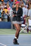 El campeón y el US Open 2014 del Grand Slam de dieciocho veces defienden a Serena Williams que sostiene el trofeo del US Open dur Imagen de archivo libre de regalías