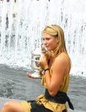El campeón Maria Sharapova del US Open 2006 sostiene el trofeo del US Open después de que su triunfo las señoras escoja final Imagen de archivo
