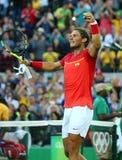 El campeón olímpico Rafael Nadal de España celebra la victoria después de que los hombres escojan el cuarto de final de la Río 20 Imágenes de archivo libres de regalías