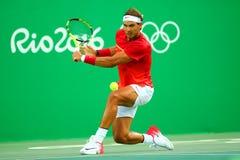 El campeón olímpico Rafael Nadal de España en la acción durante los hombres escoge el cuarto de final de la Río 2016 Juegos Olímp Imagenes de archivo