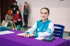 El campeonato de la ciudad de Kamenskoye en animar entre los solos, los dúos y los equipos, jueces completa los récords de la com Imagen de archivo libre de regalías