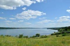 El campo con el gran río en día de verano Foto de archivo libre de regalías