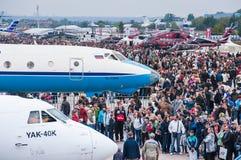 El campo de aviación de Zhukovsky, muchedumbres de visitantes en MAKS-2013 Fotografía de archivo