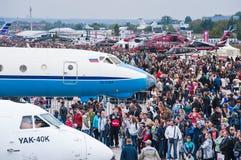 El campo de aviación de Zhukovsky, muchedumbres de visitantes en MAKS-2013 Fotos de archivo libres de regalías