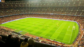 El campo de fútbol y la audiencia en el estadio Nou acampan, Barcelona