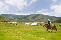 El campo de Ger en un prado grande en Ulaanbaatar, Mongolia foto de archivo