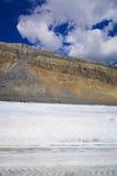 El campo de hielo de Columbia en las montañas rocosas canadienses, y la vista del glaciar Imágenes de archivo libres de regalías