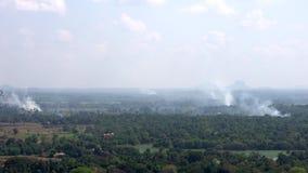 El campo del arroz que quema en Sri Lanka añade a la contaminación atmosférica metrajes