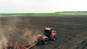 El campo escénico está consiguiendo sembrado por un camión de campo El abejón aéreo tiró de un granjero en el sembrador del tract metrajes