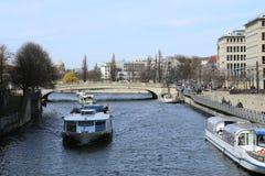 El canal barge adentro Berlín, Alemania fotografía de archivo