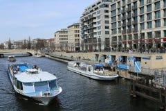 El canal barge adentro Berlín, Alemania fotos de archivo libres de regalías