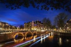 El canal de Amsterdam en la noche imagen de archivo