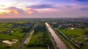 El canal de la foto y el campo aéreos del ferrocarril ponen verde el campo hermoso imagen de archivo