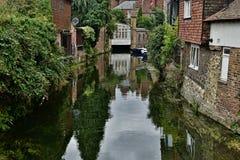 El canal de la navegación de Cantorbery, beetwen edificios Imágenes de archivo libres de regalías