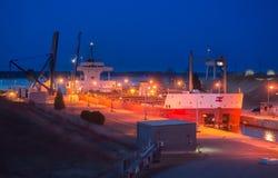 El canal del buque de carga cierra crepúsculo Imágenes de archivo libres de regalías