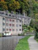 el canal del rochdale en hebden el puente con el barco y la piedra del camino de sirga Imagenes de archivo