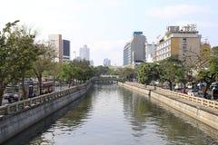 El canal en la ciudad Fotografía de archivo libre de regalías