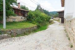 El canal para la montaña de la basura riega en Koprivshtitsa, Bulgaria Imagenes de archivo