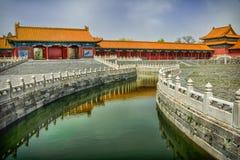 El canal verde del agua lleva a los pasillos en la ciudad Prohibida, Pekín Fotografía de archivo libre de regalías