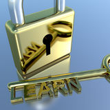 El candado con aprende la llave que muestra el aprendizaje y cursos de la educación Fotos de archivo