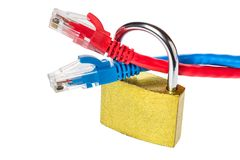 El candado con los cables de la red de Ethernet se cierra para arriba Concepto de la seguridad de información de la privacidad de Fotografía de archivo