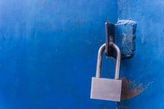 El candado en la puerta del azul del metal Fotos de archivo libres de regalías
